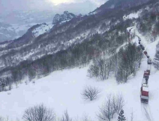 इटली में भूकंप के बाद बर्फ़ में दबा होटल, 30 की मौत