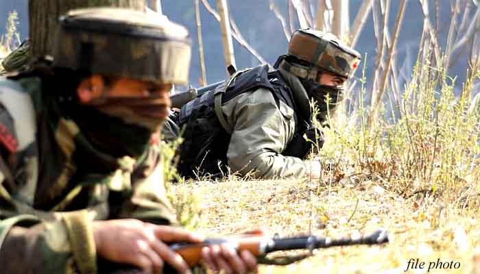 कुपवाड़ा में एक विदेशी आतंकवादी मारा गया, शोपियां में दो सैनिक घायल