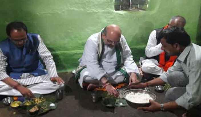 भोपालः अमित शाह ने आदिवासी के घर लिया दाल-बाटी