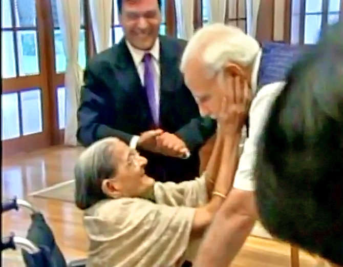 शरबती देवी की उम्र 103 साल है। वो मोदी का राखी बांधने पहुंचीं।