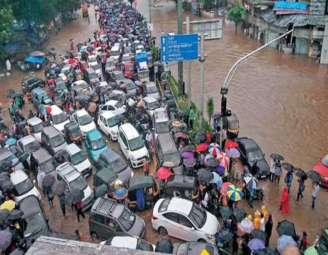 मुंबई में बारिश से बिगड़े हालात में मामूली सुधार, लोकल ट्रेन-फ्लाइट्स शुरू