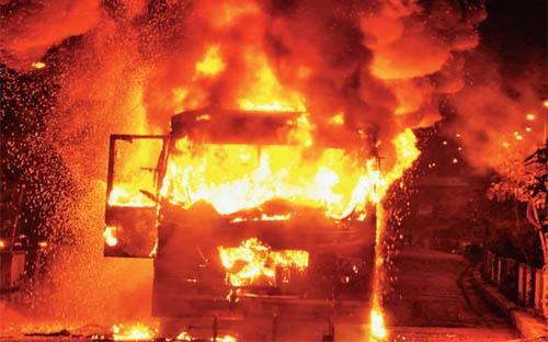 पाटीदारों ने सूरत में मचाया बवाल, दो बसों को किया आग हवाले
