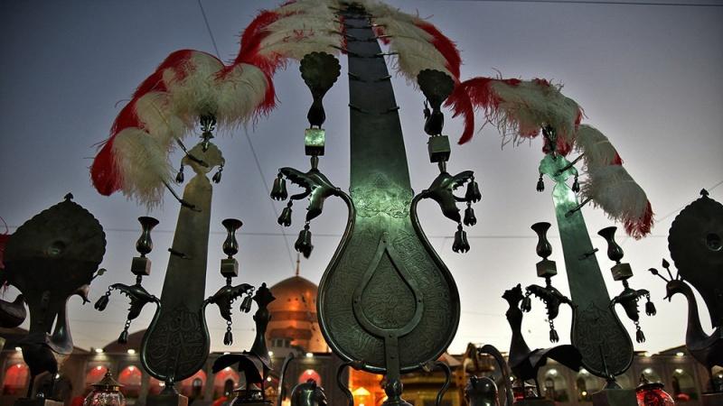 ईरान:मुहर्रम के अवसर पर इमामे रज़ा के रौज़े का झंडा बदला