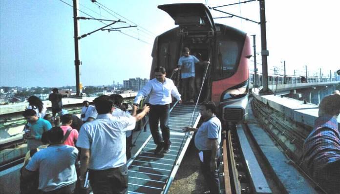 पहले ही दिन धोखा दे गई लखनऊ मेट्रो, सीढ़ी से निकाले गए फंसे यात्री