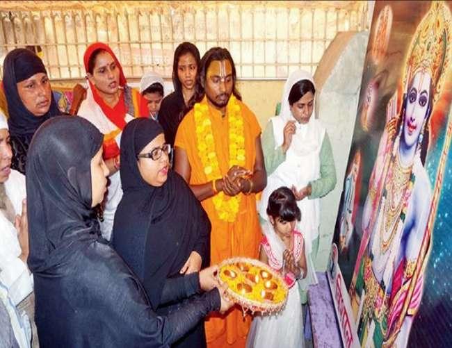 श्रीराम के चित्र की आरती करने वाली मुस्लिम महिलाएं इस्लाम से खारिज
