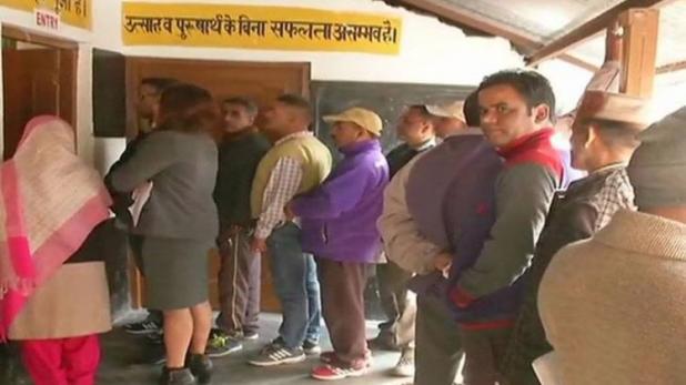 हिमाचल की 68 सीटों पर मतदान शुरू, वीरभद्र और धूमल की साख दांव पर
