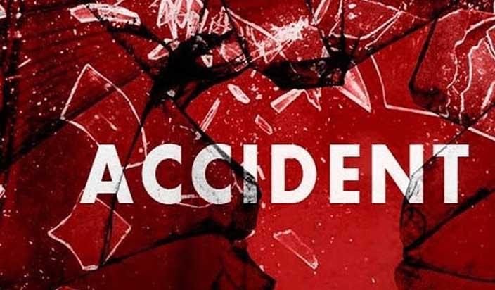 कार का टायर फटने से अनियंत्रित कार,एक्सप्रेसवे पर ८ लोगों की मौत