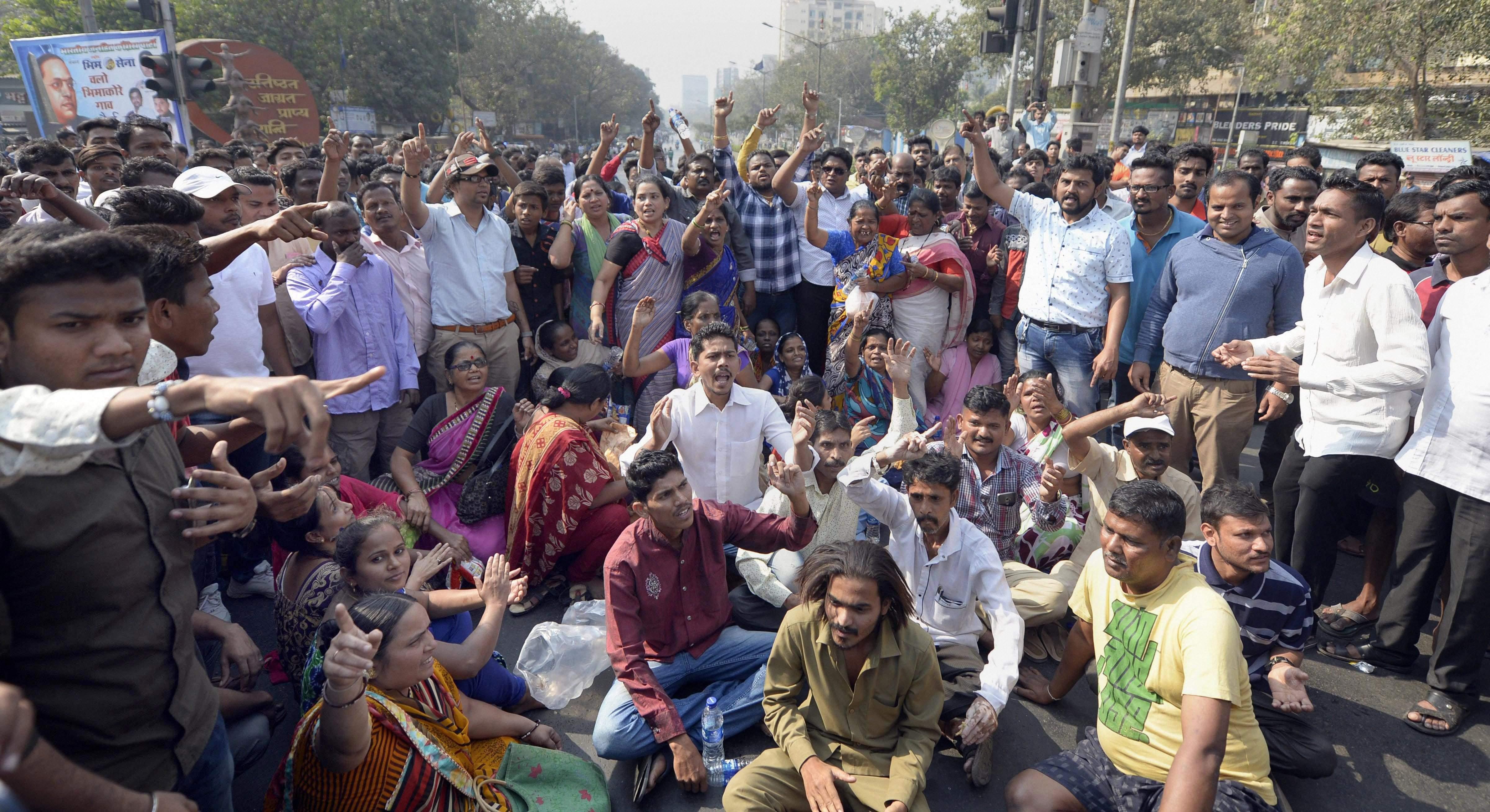 भीमा कोरेगांव हिंसा: महाराष्ट्र बंद, कई जगह तोड़फोड़ जारी, बस सेवाएं ठप