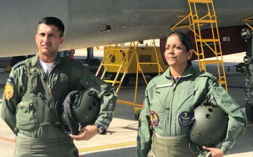 सुखोई-30 लड़ाकू विमान में रक्षा मंत्री निर्मला सीतारमण ने भरी उड़ान