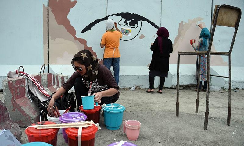 अफगानिस्तान में कलाकाराें ने दीवारों पर संदेश लिखे- भ्रष्टाचार और हिंसा के खिलाफ उठाया ये क़दम