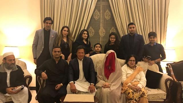 इमरान खान ने तीसरा ब्याह रचाया, 5 बच्चों की मां बुशरा बनीं बेगम
