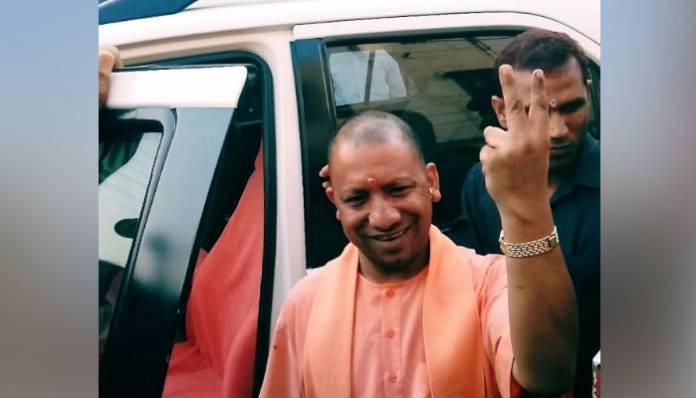 CM योगी ने किया मतदान, बोले- होगी विकास की जीत