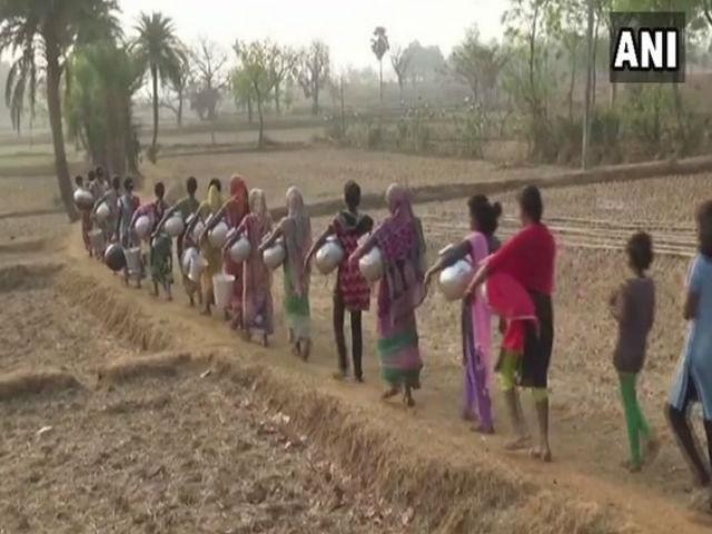गर्मी का प्रकोप जारी- ओडिशा में जल संकट, पानी के लिये जाना पड़ रहा है मीलों दूर