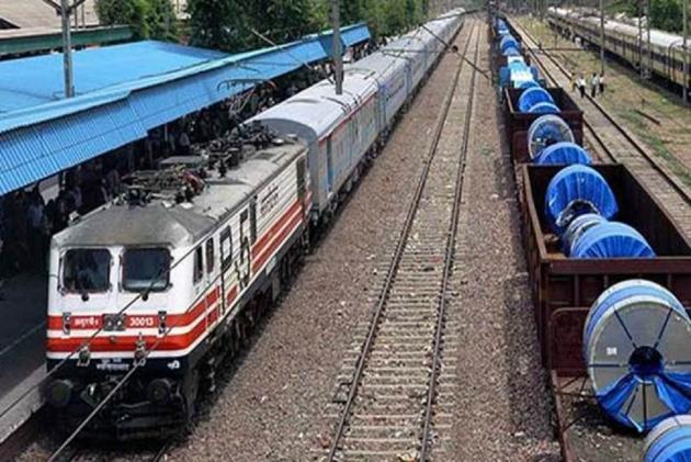 अहमदाबाद-पुरी एक्सप्रेस 10 किलोमीटर तक पटरी पर दौड़ती रही ट्रेन, स्टाफ ने ट्रैक पर पत्थर रखकर रोका