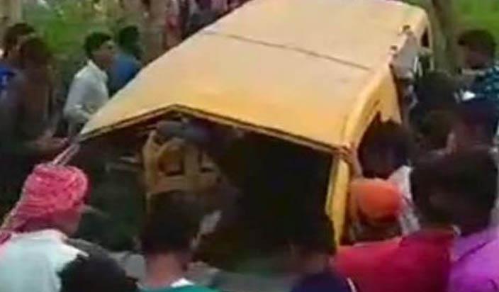 बड़ा हादसा, स्कूल वाहन ट्रेन से टकराया,13 की मौत