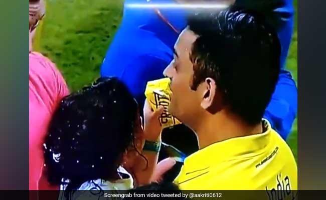 IPL 2018: जीवा ने पिलाई पापा धोनी को फ्रूटी