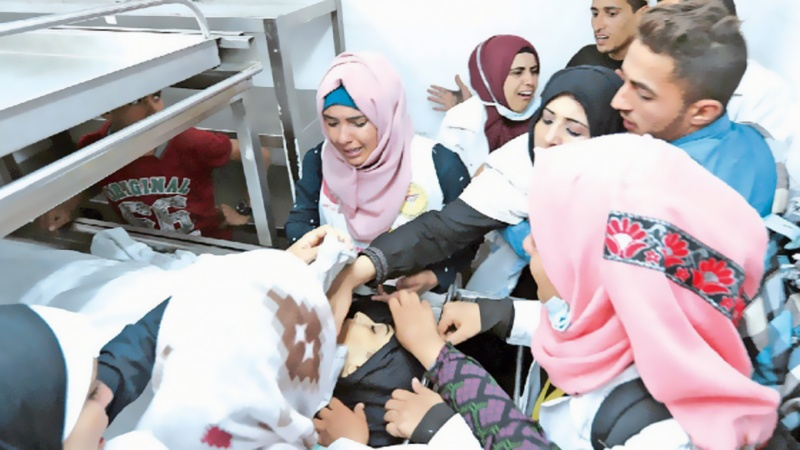 घायलों का उपचार करती फिलिस्तीनी नर्स को इस्राईली सैनिकों ने गोली मारी