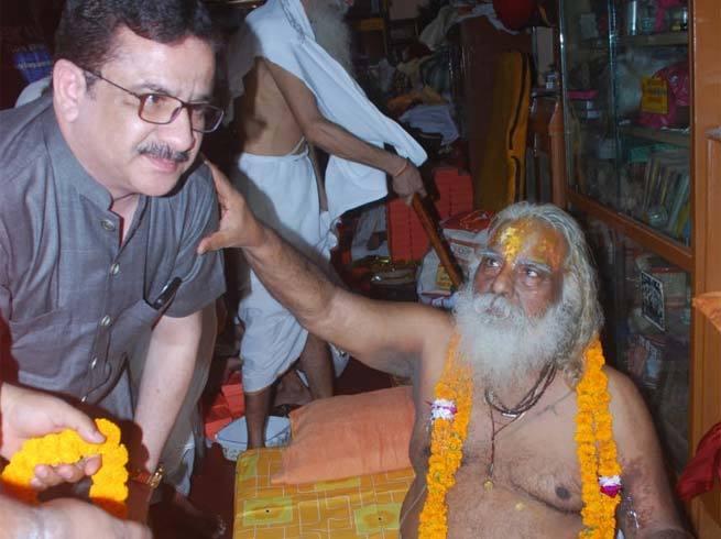 शिया सेन्ट्रल वक्फ बोर्ड के चेयरमैन वसीम रिजवी पहुंचे अयोध्या - मंदिर निर्माण के लिए 10 हजार रुपये का दान किया