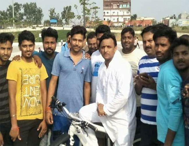 बंगला छोड़ने के बाद अखिलेश यादव ने ख़ूब चलाई साइकिल, रिवर फ्रंट पर बच्चों के साथ खेला क्रिकेट