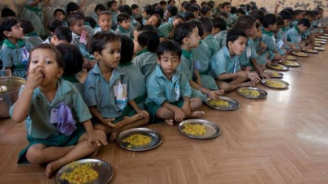आगरा: खराब खाने से 20 बच्चे फूड प्वाइजनिंग के शिकार, अस्पताल में भर्ती
