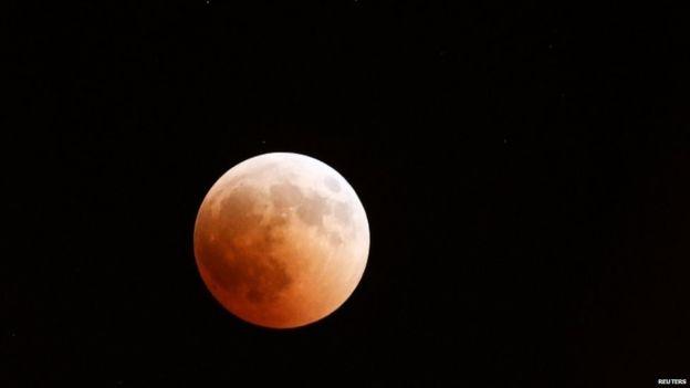 ... और जब चांद हो गया सुर्ख लाल