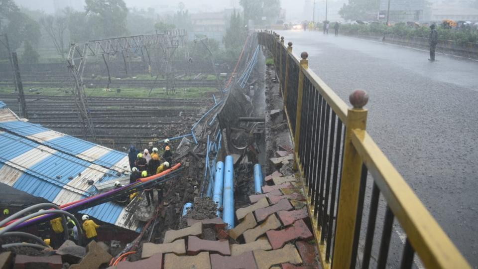 मुंबई – पटरी पर गिरा स्लैब, अंधेरी स्टेशन के पास हादसा, वेस्टर्न रेल लाइन बंद