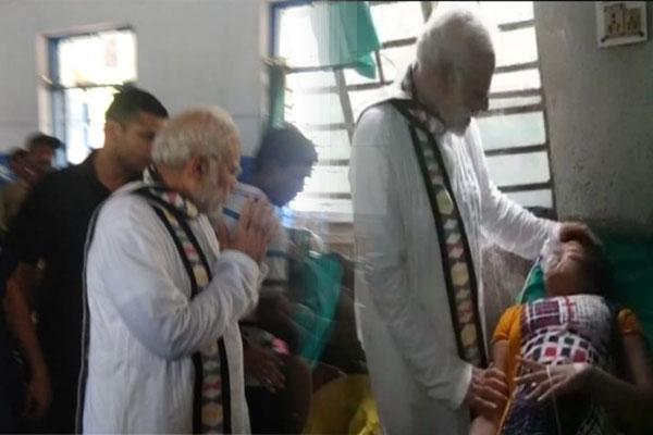 पंडाल का एक हिस्सा गिरने के बाद घायलों को PM की एंबुलेंस में पहुंचाया गया अस्पताल, पीएम ने हॉस्पिटल जाकर लिया हालचाल