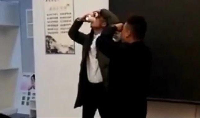 चीनी कंपनी ने कर्मचारियों को पिलाया पेशाब और खिलाए कॉकरोच
