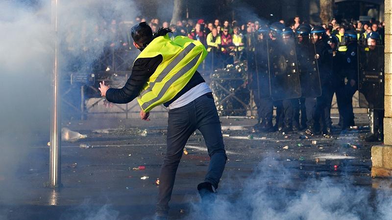 फ़्रान्स में विरोध प्रदर्शन, एक की मौत, 200 से अधिक घायल